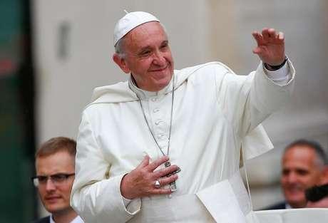 Papa Francisco acena ao chegar para audiência geral na praça São Pedro no Vaticano. 28/ 06/2017. REUTERS/Tony Gentile