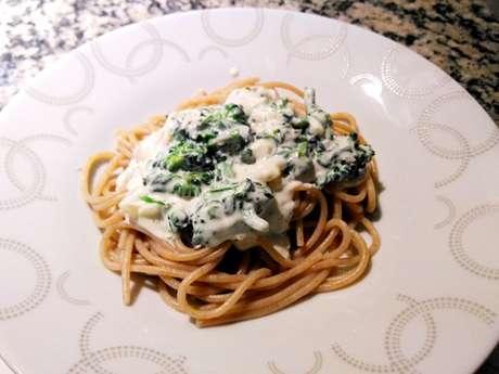 Espaguete ao molho gorgonzola e brócolis