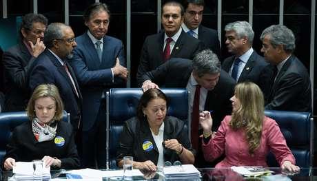 Senadoras assumem a presidência da mesa e não deixam o presidente assumir o a sessão da reforma trabalhista; Eunicio mandou apagar as luzes do plenário