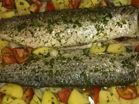 Corvina ao forno com batata e tomate