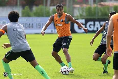 O atacante Elton, do Ceará, acusa o zagueiro Victor Cuesta, do Inter, de racismo