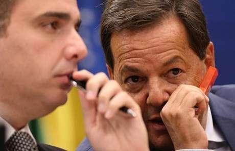Relator da denúncia contra Temer, Sergio Zveiter (à direita), e presidente da CCJ, Rodrigo Pacheco 12/07/2017 REUTERS/Adriano Machado