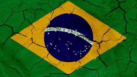 Bandeira do Brasil em solo rachado