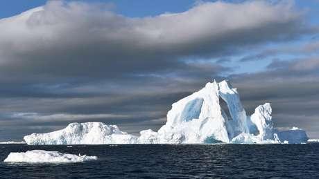 Quanto maior o iceberg, mais fácil é vê-lo à distância e, por isso, é menos perigoso