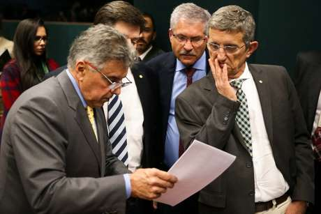 Deputados da base contabilizam votos durante sessão da Comissão de Constituição e Justiça da Câmara para discutir o parecer favorável à denúncia contra o presidente Michel Temer