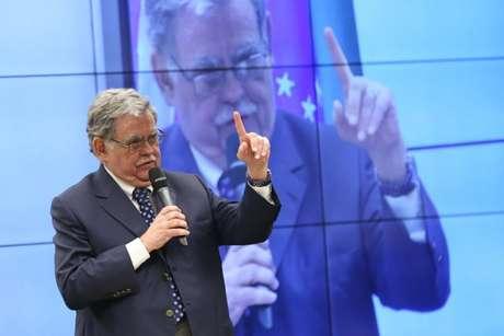 O advogado Antônio Cláudio Mariz de Oliveira durante sessão da Comissão de Constituição e Justiça da Câmara para discutir o parecer favorável à denúncia contra o presidente Michel Temer