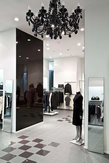 Espelho em paredes laterais da loja dão uma sensação de amplitude, o que é muito bom para os negócios.