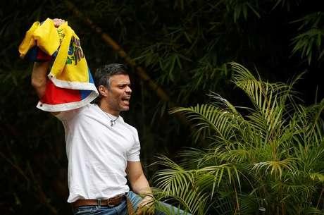 Líder da oposição venezuelana, Leopoldo Lopez, que obteve prisão domiciliar após mais de três anos na cadeia, comemora com apoiadores em Caracas, Venezuela 8/7/2017 REUTERS/Andres Martinez Casares