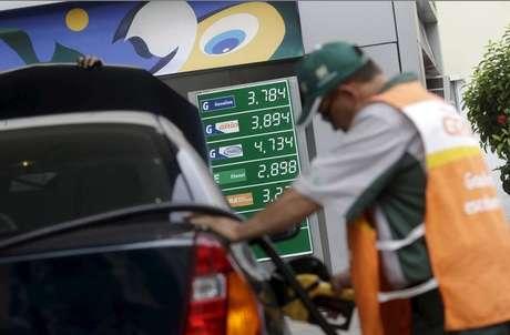 Funcionário abastece carro em posto da Petrobras no Rio de Janeiro