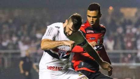 Pratto disputa bola no duelo desta quinta-feira (Foto: MARCELLO FIM / RAW IMAGE)