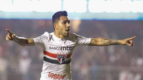Petros comemora gol pelo São Paulo (Foto: Marcello Zambrana/AGIF)
