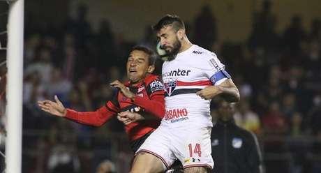 Pratto tenta cabeceio na partida do São Paulo contra o Atlético-GO, no Morumbi