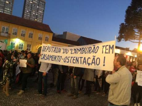 Cerca de 100 pessoas protestaram durante o casamento da deputada estadual Maria Victória (PP), em Curitiba (PR). Ela é membro da base aliada ao governador Beto Richa (PSDB).