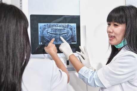 La limpieza ultrasónica es un técnica que a través de vibraciones rápidas despega el sarro