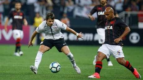 Corinthians saiu atrás, buscou a virada, mas cedeu o empate ao Atlético-PR no fim (Foto: Marcello Zambrana/AGIF)