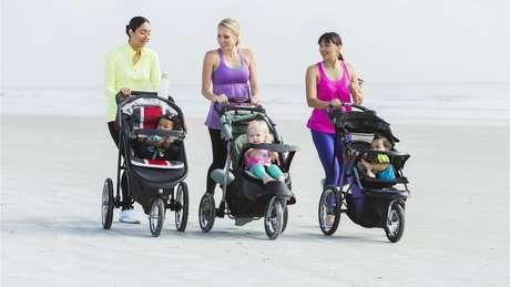 Mulheres passeando com carrinho de bebê