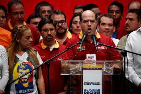Julio Borges, presidente da Assembleia Nacional da Venezuela, durante declaração à imprensa após plebiscito não oficial contra o presidente Nicolás Maduro, em Caracas 16/07/2017  REUTERS/Carlos Garcia Rawlins