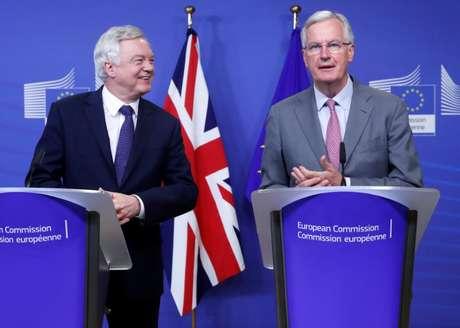 Ministro do Reino Unido para o Brexit, David Davis, e o negociador chefe da União Europeia, Michel Barnier, em Bruxelas, na Bélgica  17/07/2017 REUTERS/Yves Herman