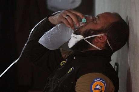 Homem respira com auxílio de máscara de oxigênio, após o que equipes de resgate descreveram como um ataque químico na cidade de Khan Sheikhoun, na Síria 04/04/2017 REUTERS/Ammar Abdullah