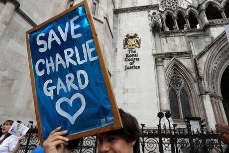 Pessoas fazem campanha para que o bebê britânico Charlie Gard possa ir aos Estados Unidos receber tratamento médico, em Londres  13/07/2017 REUTERS/Peter Nicholls