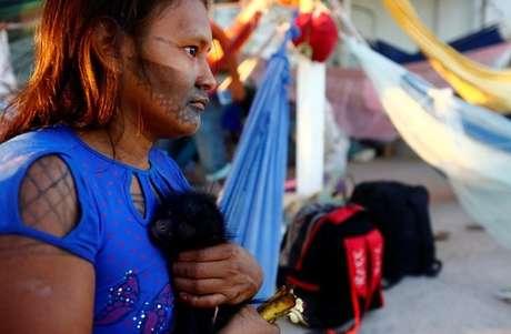 Indígena da tribo Munduruku segura um macaco ao ocupar obra de hidrelétrica São Manoel  16/7/2017    REUTERS /Lunae Parracho