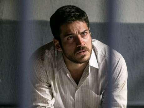 Zeca (Marco Pigossi) é preso injustamente, na novela 'A Força do Querer', em 12 de agosto de 2017