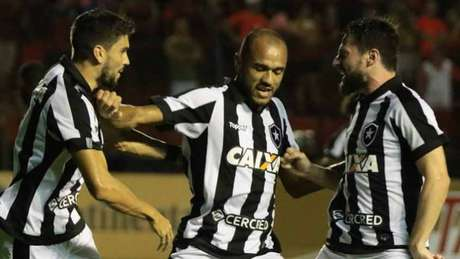 Roger marcou o gol alvinegro no empate entre as duas equipes na Ilha do Retiro, em maio (Pablo Kennedy)