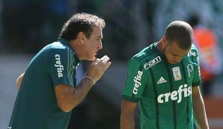 Cuca conversa com Mayke durante partida contra o Vitória - Foto: Cesar Greco/Palmeiras