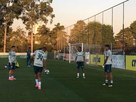 Deyverson, com a camisa 34, bate bola com os novos colegas após o treino - Foto: Fellipe Lucena