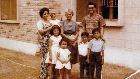 Carl (o menino mais novo) e sua família deixaram o Paquistão no início de 1970
