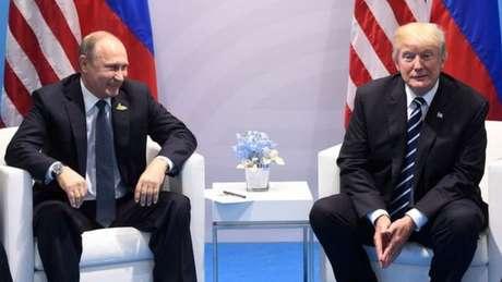 O presidente russo, Vladimir Putin (à esq.) e o dos Estados Unidos, Donald Trump, durante reunião do G20 em Hamburgo, na Alemanha