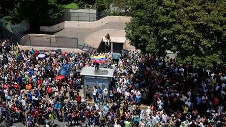 Partidários da oposição se reúnem durante plebiscito não oficial contra o governo Maduro