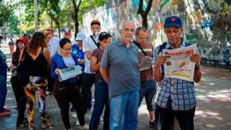 Apoiadores de Nicolás Maduro aderem à simulação da votação da Constituinte, cuja eleição oficial está prevista para o dia 30