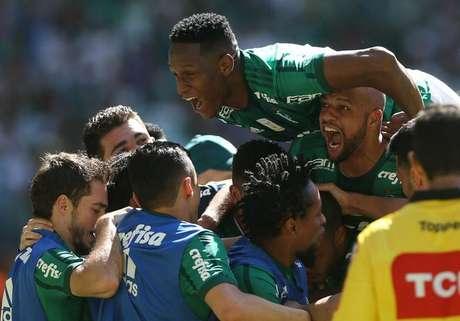 Jogadores do Palmeiras comemoram um dos gols da vitória de 4 a 2 sobre o Vitória, nesse último domingo (16)