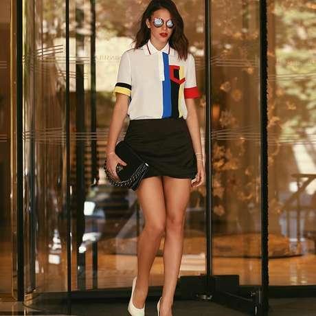 Bruna Marquezine com bolsa Versace (Foto: Leo Faria/Reprodução/Instagram/@brumarquezine