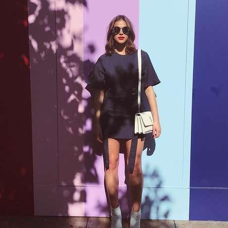 Bruna Marquezine com bolsa YSL em Los Angeles (Foto: Reprodução/Instagram/@brumarquezine