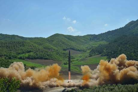 Míssil balístico Hwasong-14 em foto divulgada pela Agência de Notícias Central da Coreia do Norte, em Pyongyang 04/07/2017 KCNA/via REUTERS
