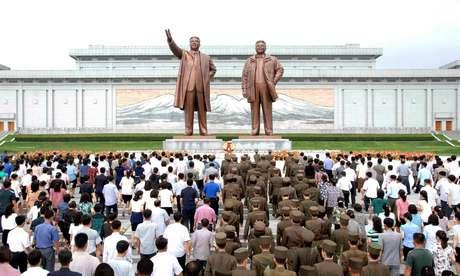 Pessoas se reúnem no 23º aniversário de morte do fundador do país, Kim Il Sung, em Pyongyang. Coreia do Norte 8/7/2017 KCNA/via REUTERS