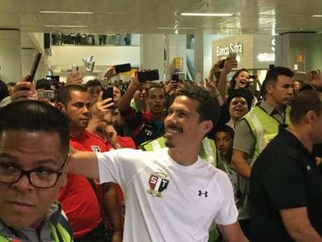 Hernanes faz selfie em sua chegada ao aeroporto de Cumbica em Guarulhos