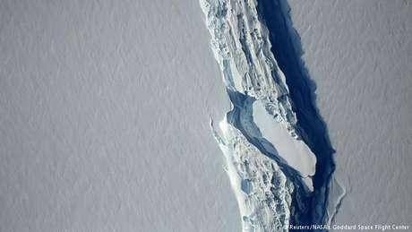 Vasta aérea da fenda na calota de gelo Larsen C que originou o iceberg A68
