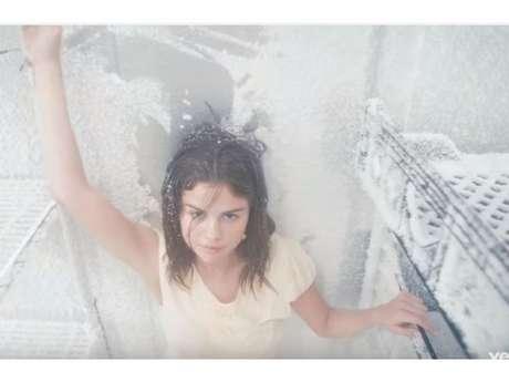 Selena Gomez come vidro, sabão e batom em novo clipe de 'Fetish'