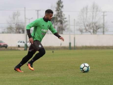 Latera Léo deve seguir como titular no time alviverde (Foto: Divulgação/ Coritiba)