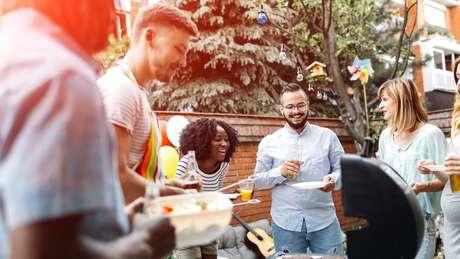Pesquisadora americana encontrou levantamentos mostrando que solteiros costumam cultivar mais amizades e mais autonomia do que os casados