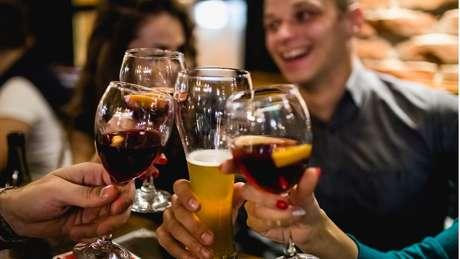 Pessoas bebem juntas