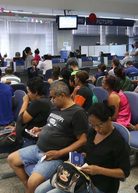 Pessoas aguardam para sacar FGTS em agência da Caixa Econômica Federal