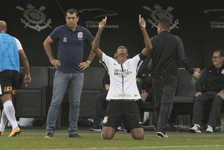 Jô comemora, na frente do técnico Fábio Carille, gol que marcou no empate de 1 a 1 do Corinthians com o Flamengo, em Itaquera