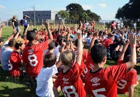 No total, foram arrecadados 500 pares de chuteira para jovens paranaenses (Foto: Marco Oliveira/Site Oficial)
