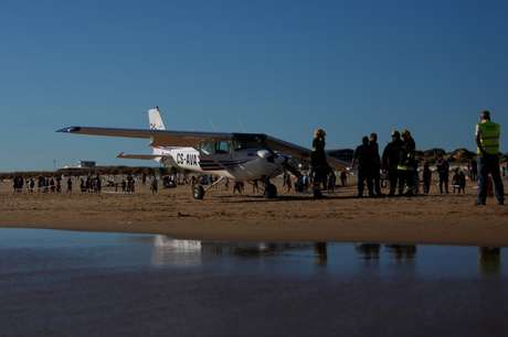 Avião que fez pouso de emergência em praia perto de Lisboa, matando duas pessoas 2/8/2017 REUTERS/Pedro Nunes