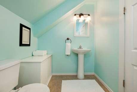 As portas o banheiro devem sempre permanecer fechadas, assim como a tampa do vaso sanitário.