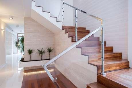 As escadas nunca devem estar no centro da casa e muito menos dirigidas para a porta de entrada